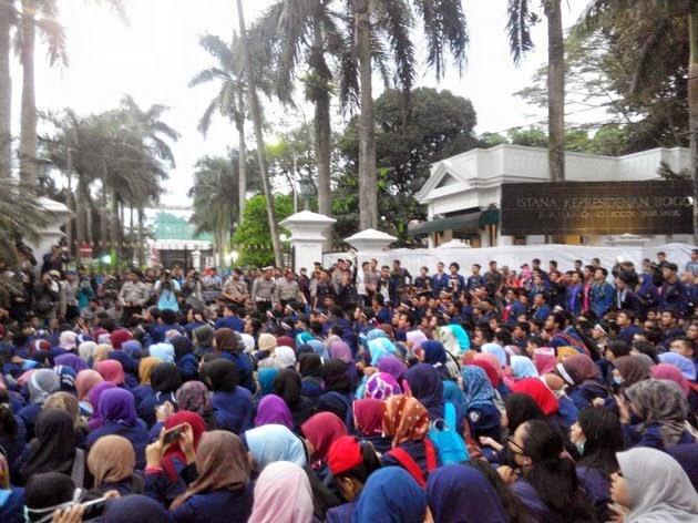 Demo Tagih Janji Jokowi Mahasiswa IPB Kepung Istana Bogor
